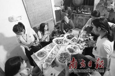 """7月2日,爱女梁晶浪回归顺德的家后,梁华一家的家庭聚餐,共享顺德美食。受访者供图 数据在""""跑路"""" 智慧新警务助力"""